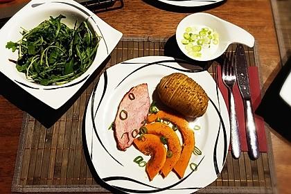Kaiserbraten mit Kürbis, Hasselback-Kartoffeln, Joghurt-Dip und Feldsalat