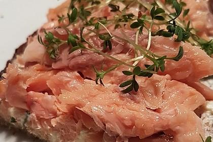 Geröstetes Bauernbrot mit Frischkäse und Kresse mit gezupfter Lachsforelle