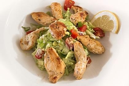 Salat mit Avocado-Joghurt-Dressing und gebratener Hähnchenbrust