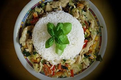 Thai-Basilikum-Huhn im Wok mit Gemüse und Kokosmilch