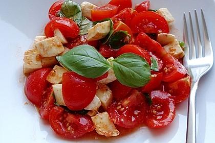 Feuriger Tomaten-Mozzarella-Salat (Bild)