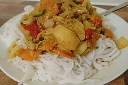 Gemüsepfanne mit Erdnusssauce und Reisnudeln