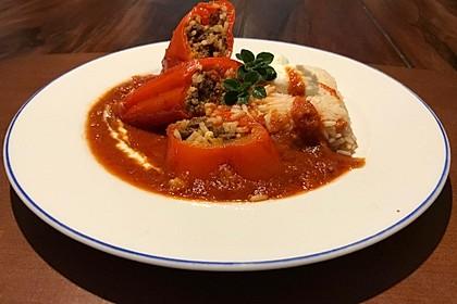 Vegetarische mit Quorn und Reis gefüllte Paprikaschoten in Tomatensauce