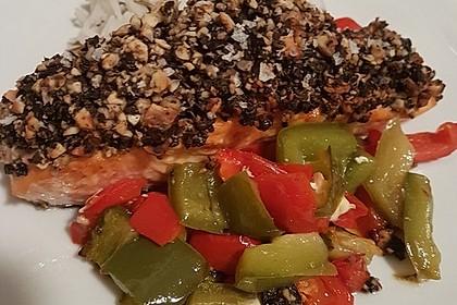 Lachs mit Oliven-Nuss-Kruste auf Paprikagemüse