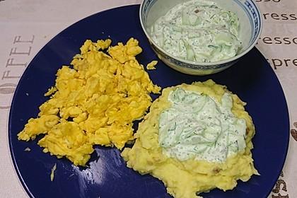 Quetschkartoffeln mit Gurkensalat und Rührei