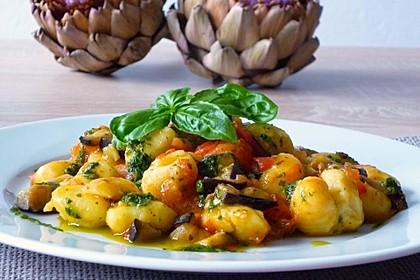 Auberginen-Tomaten-Gnocchi mit hausgemachtem Koriander-Zitronen-Pesto (Bild)