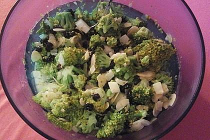 Brokkolisalat mit Mandeln und Rosinen