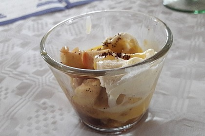Winterdessert Apfel-Nuss auf Vanilleeis