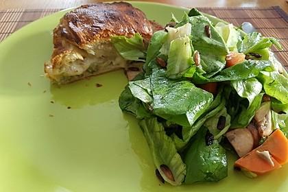 Blätterteig-Roulade mit Essiggurken und Hackfleisch