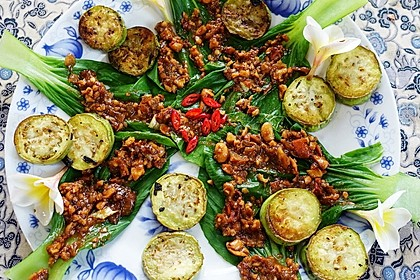 Pak Choy mit Auberginen und Heilbohnen-Sambal