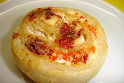 Blätterteigschnecken mit getrockneten Tomaten, Lauchzwiebeln und Paprika