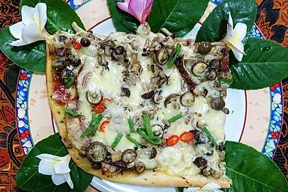 Pizza Raja mit Bacon und braunen Shimeji-Pilzen