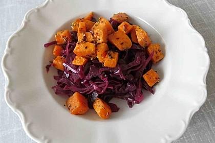 Kümmelrotkraut mit Ofen-Süßkartoffeln