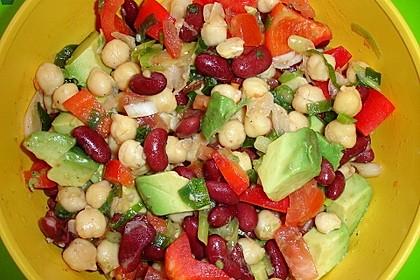Salat von Kichererbsen und Kidneybohnen mit Avocado