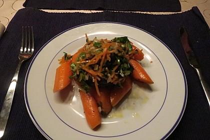 Glasierte Rindermedaillons mit Karotten und Petersiliensalat