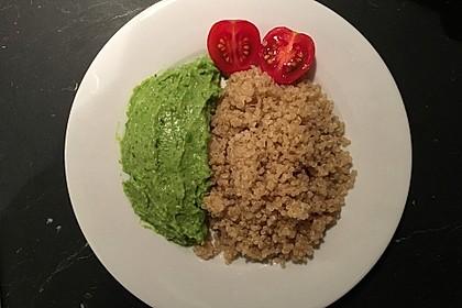 Brokkoli-Avocado-Creme auf Quinoa