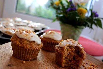 Carrot Cake Muffins mit Haselnuss-Krokant (Bild)