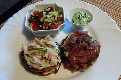 Räucherfisch-Kartoffeltaler mit Tomaten-Zucchini-Salat