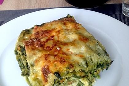 Weichkäse-Spinat-Lasagne mit Knoblauch-Béchamel und frischen Tomaten (Bild)