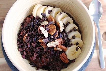 Schoko-Bananen-Porridge mit Pekannüssen und Kakaonibs