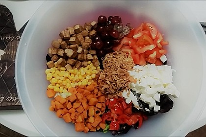 Salatbowl mit Süßkartoffeln und Tofu