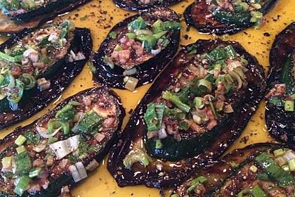 Gegrillte Aubergine und Zucchini unter Knoblauch-Chili-Topping
