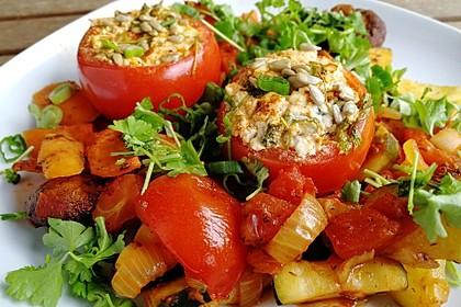 Gefüllte Tomaten mit Feta auf Schmorgemüse