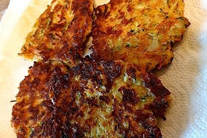 Zucchini-Möhren-Puffer mit Kräuter-Joghurt-Creme (Bild)