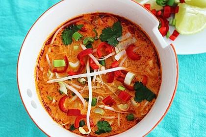 Rote Thai-Currysuppe mit Hühnchen und Reisnudeln