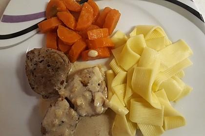Schweinemedaillons mit Möhrengemüse, Bandnudeln und Blauschimmel-Weißweinsauce