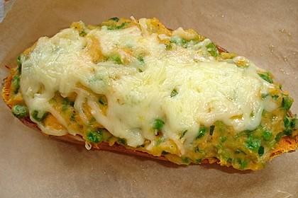 Gefüllte Süßkartoffeln mit Erbsen und Käse