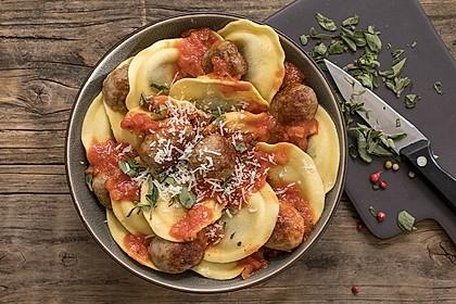 Tortelli mit Salsiccia-Bällchen in Tomatensauce