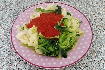 Zoodles mit Tomaten-Paprika-Soße