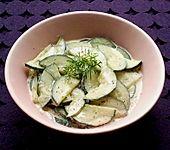Gurkensalat mit saurer Sahne, Ingwer und Kurkuma (Bild)