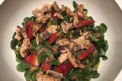 Spargelsalat mit Erdbeervinaigrette und Lachsstreifen