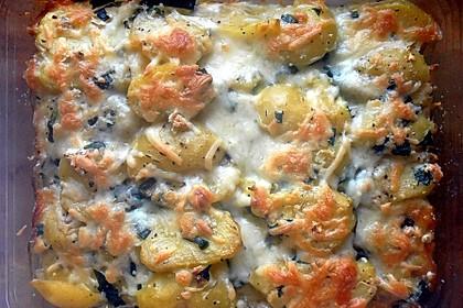 Kartoffel-Zucchini-Gratin mit dreierlei Käse