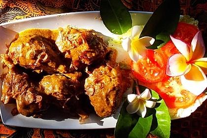 Exotisches Curry mit Hühnerschenkeln und Röstzwiebeln