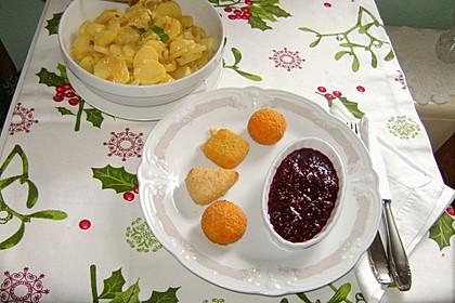Backkäse mit Kartoffelsalat und Himbeerchutney