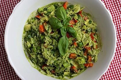 Sommerlicher veganer Pesto-Salat