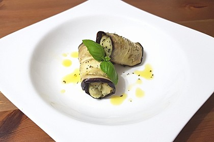 Auberginenröllchen mit Kartoffel-Basilikum-Creme gefüllt