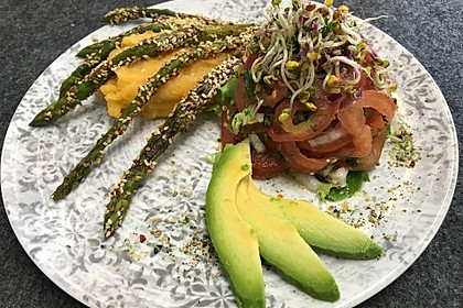 Tomaten-Avocadosalat mit Süßkartoffelpüree und grünem Spargel