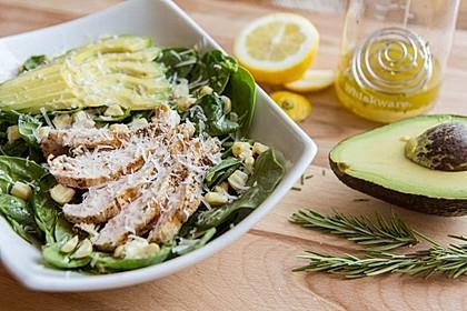 Gegrilltes Hähnchen auf Salat mit Avocado (Bild)