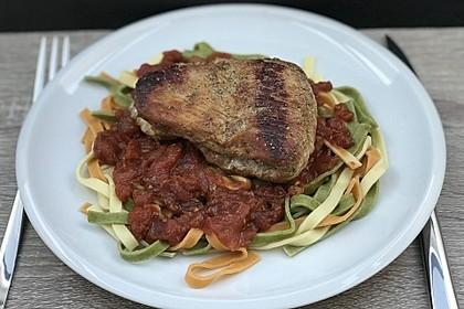 Rosmarinschnitzel auf Tomaten-Nudeln