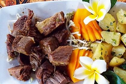 Szechuan-Rindfleisch, gekocht in Gemüse und Gewürzen