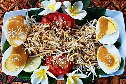 Gekochte Eier auf chinesischem Senfkohl mit Sambal und Mungobohnensprossen