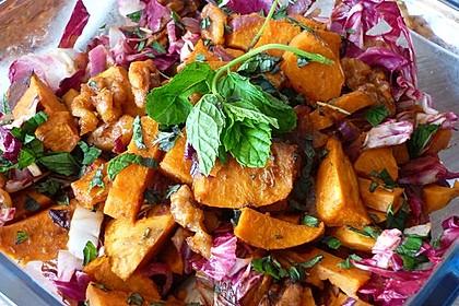 Salat aus gerösteten Süßkartoffeln und Walnüssen mit frischer Minze (Bild)