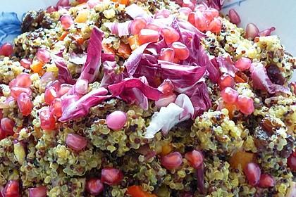 Orientalischer Quinoa-Salat mit Granatapfelkernen (Bild)