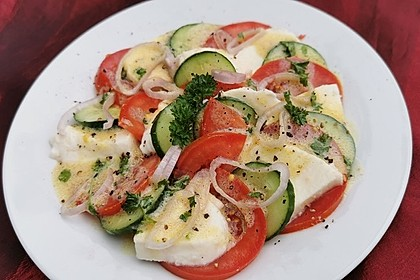 Tomaten-Gurken-Salat mit Kräuter-Milch-Dressing (Bild)