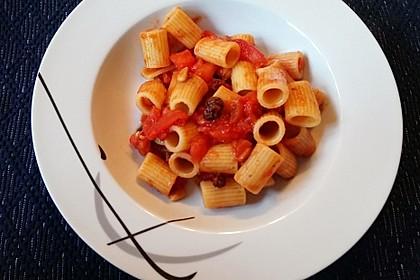 Pasta mit gegrillten Tomaten-Pinienkernen-Rosinen und Sardellen