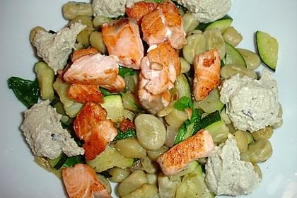 Gnocchi mit Zucchini, dicken Bohnen und Lachs